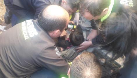 Rescataron a un bebé de un año que quedó atrapado en un desagüe