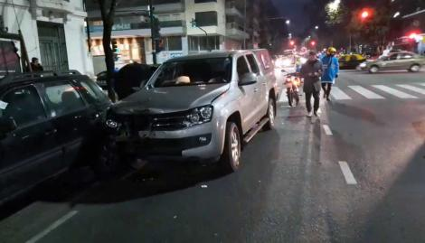 Impactante choque en Flores: una camioneta mató a un delivery en moto