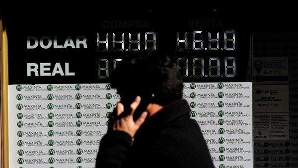 Tras el lunes negro, bajó el dólar y el riesgo país