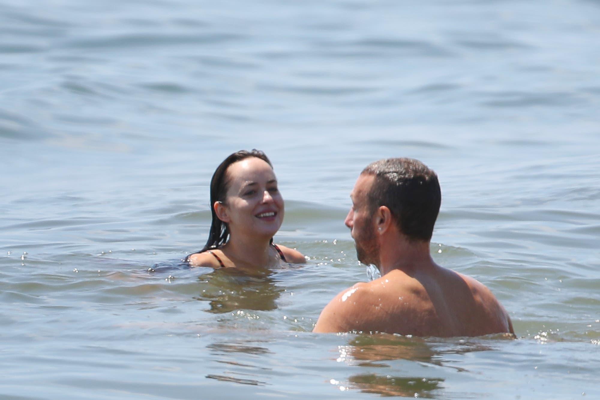 Dakota Johnson y Chris Martin, reconciliados, disfrutaron de la playa