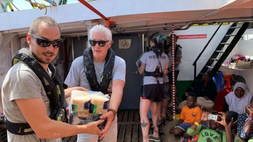 Richard Gere ayudó con víveres a náufragos rescatados que no los dejan desembarcar