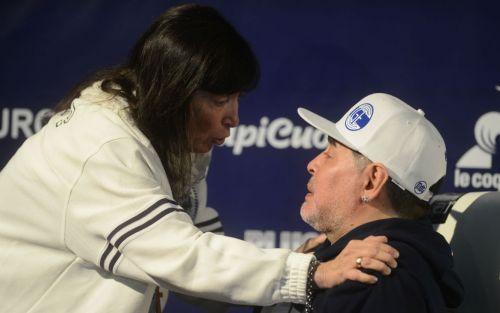 Maradona se abrazó con la hermana de Cristina y analizó la situación social del país