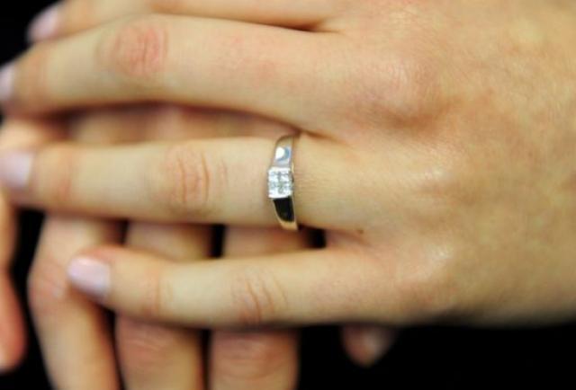 La mujer que se tragó su anillo de compromiso mientras dormía