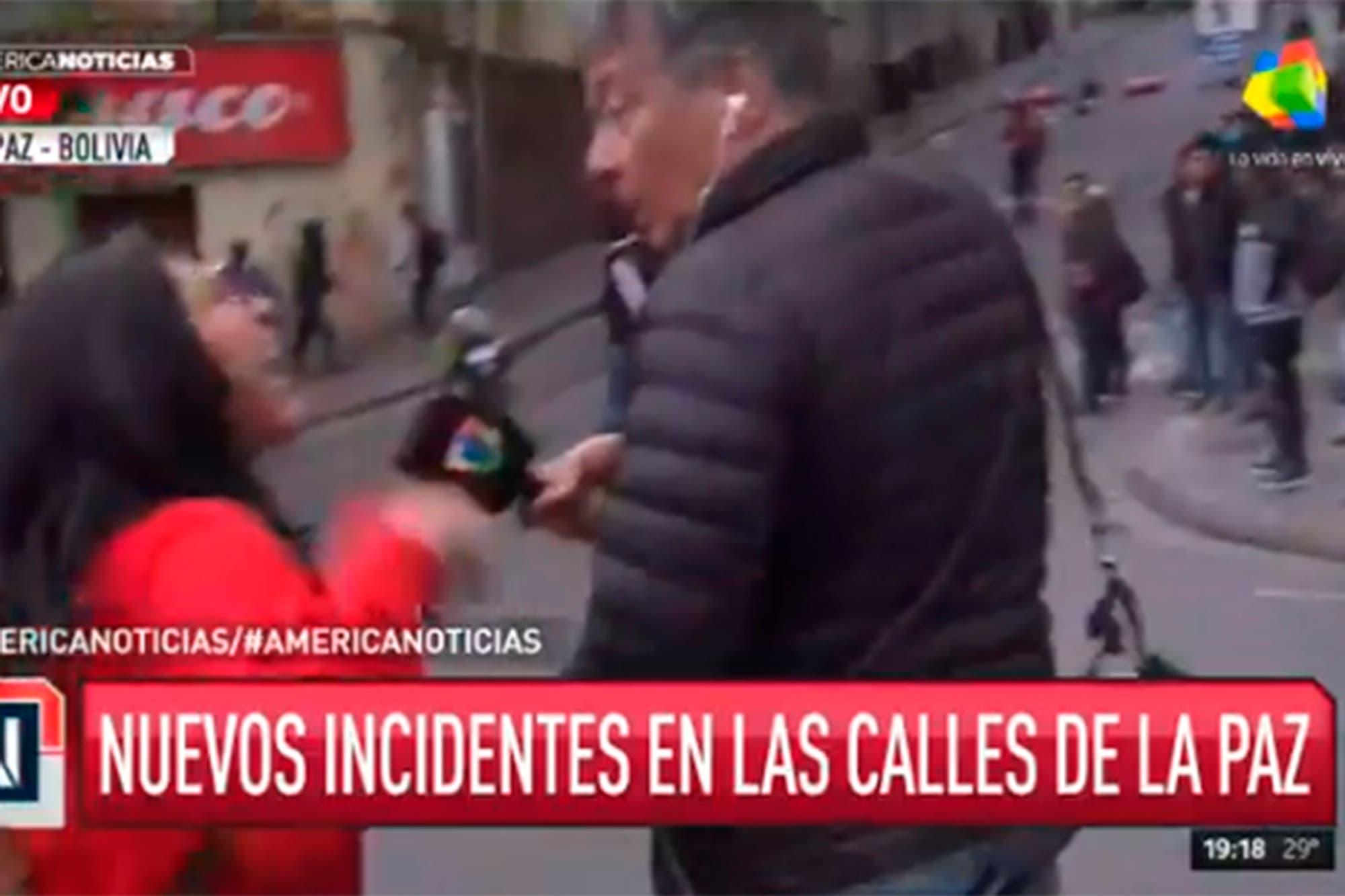Crisis en Bolivia: Rolando Graña fue agredido mientras salía en vivo desde las calles de La Paz