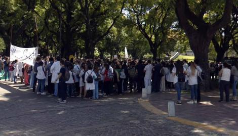 Paro y protesta de médicos residentes frente a la sede del gobierno porteño