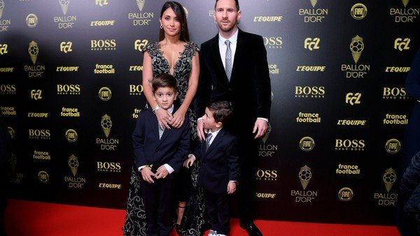 Video: el emotivo saludo de Antonela Roccuzzo, Thiago, Mateo y Ciro a Lionel Messi por su sexto Balón de Oro