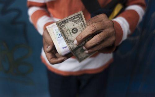 Por la estrepitosa caída de la economía, en Venezuela hay más dólares que bolívares