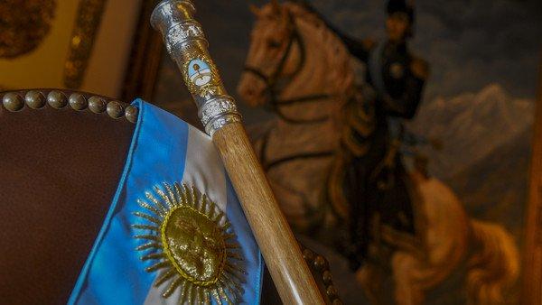 El día que Alberto Fernández acarició el bastón presidencial