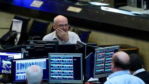 El mercado cerró la semana con subas, bajó el dólar blue y el Riesgo País sigue por encima de los 2.100 puntos