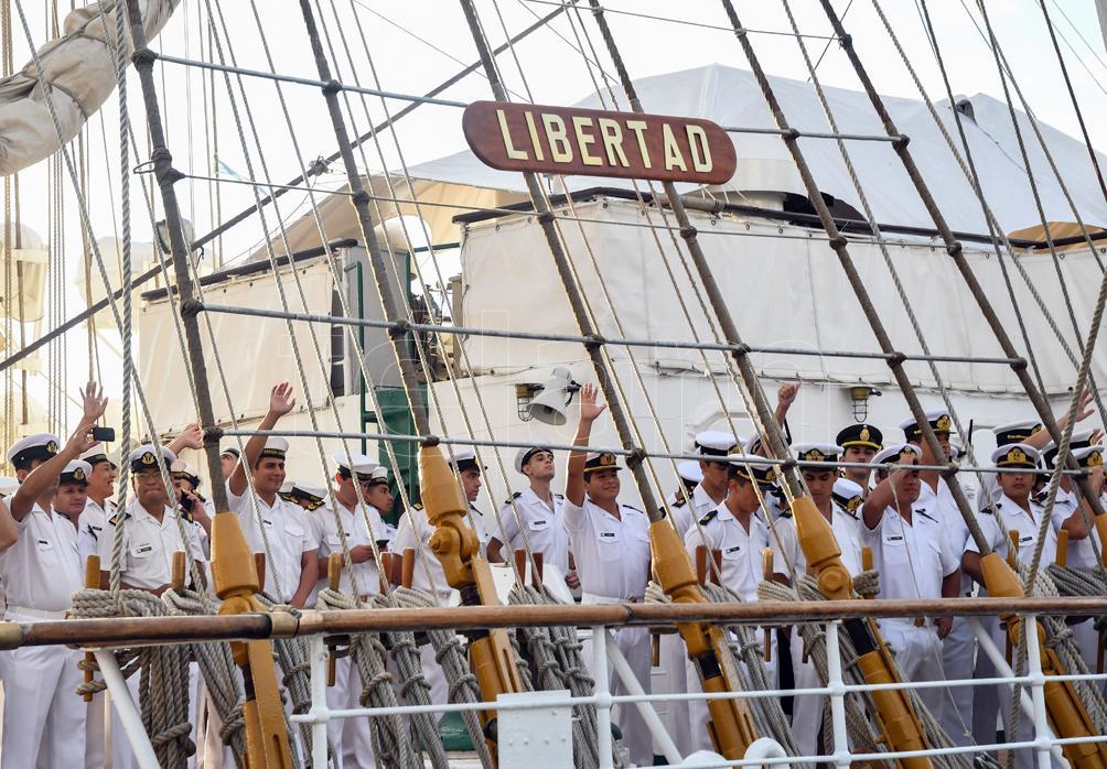 """La Fragata """"Libertad"""" amarró con los futuros guardiamarinas en el puerto de Bridgetown"""