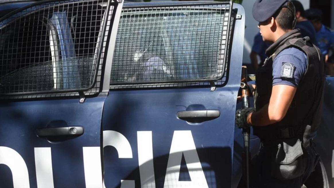 Un motochorro le robó la cartera una mujer en Godoy Cruz, cayó al suelo y fue detenido
