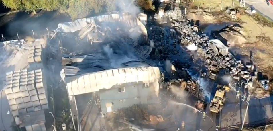 un-incendio-devoro-una-fabrica-de-pintura-en-merlo