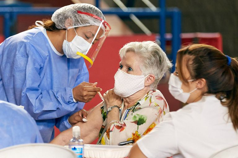 vacunacion-covid-19-en-argentina:-cuantas-dosis-se-aplicaron-al-17-de-mayo