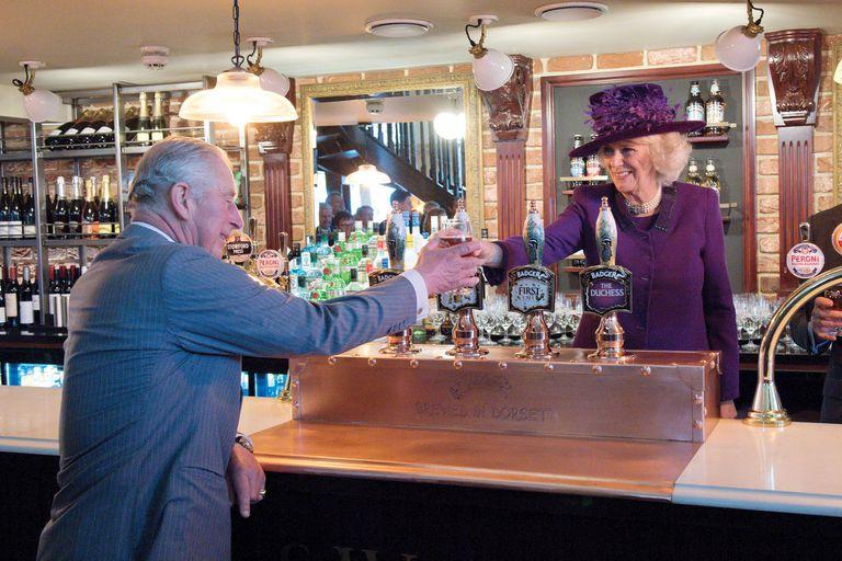 isabel-ii.-lanzo-dos-cervezas-y-un-gin-en-memoria-del-duke-de-edimburgo