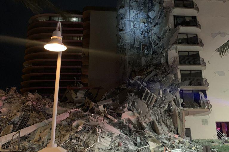 en-vivo:-se-derrumbo-un-edificio-en-miami-y-cientos-de-bomberos-buscan-a-los-sobrevivientes