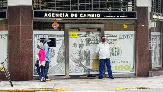 """el-dolar-blue-se-""""calmo""""-en-$186:-volvio-al-mismo-nivel-que-antes-de-las-paso"""