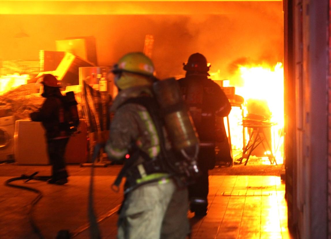 un-incendio-de-gran-magnitud-se-produjo-esta-noche-en-el-centro-de-mendoza.-(videos)